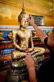 Chanthaburi Thailand - MAJ 11: Thailändskt buddistiskt folk som gör cov Arkivfoton