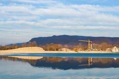 Chantier à moitié congelé de lac et de construction Photographie stock