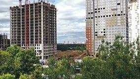 Chantier de construction à Moscou avec une ouverture de belle vue entre deux constructions de construction clips vidéos