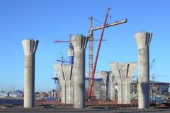 Chantier de construction avec des appuis de béton, et érigé la tour Photos stock