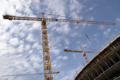 Chantier de construction avec des grues Photos libres de droits