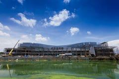 Chantier de construction avec des grues sur le ciel bleu Photographie stock