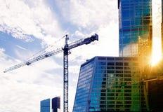Chantier de construction avec des grues sur le fond de ciel Photographie stock