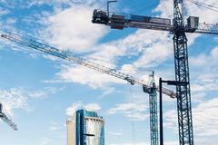 Chantier de construction avec des grues sur le fond de ciel Photo libre de droits