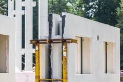 Chantier de construction avec des murs de béton préfabriqué photo stock