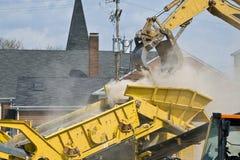 Chantier de construction avec la blocaille étant mise dans un dum images stock