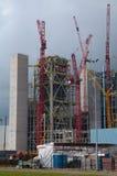 Chantier de construction avec la grande grue rouge Images stock