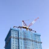 Chantier de construction avec la grue à tour Images libres de droits