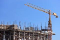 Chantier de construction avec la grue au-dessus d'une construction Images stock