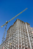 Chantier de construction avec le bâtiment résidentiel et la tour non finis Photos stock