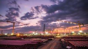 Chantier de construction avec le coucher du soleil clips vidéos