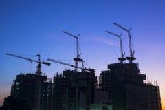 Chantier de construction avec le lever de soleil de ciel bleu Photos stock