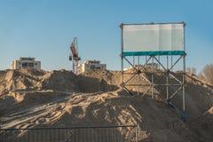 Chantier de construction avec le signe de l'espace de copie Photos stock