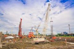 Chantier de construction avec les personnes et le bâtiment, ciel bleu Photo stock