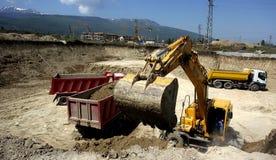 Chantier de construction avec les tracteurs et le camion à benne basculante photographie stock