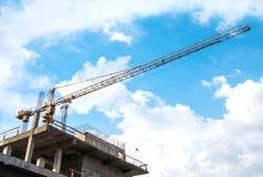 Chantier de construction avec une haute grue Photographie stock