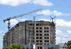 Chantier de construction ayant beaucoup d'étages et la grue Image libre de droits