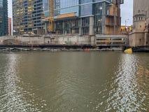 Chantier de construction chez Wolf Point de la rivière Chicago photographie stock libre de droits