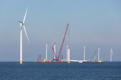 Chantier de construction de ferme de vent de reflux près de la côte néerlandaise photo stock
