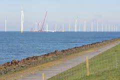 Chantier de construction de ferme de vent de reflux près de la côte néerlandaise images libres de droits