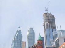 Chantier de construction de gratte-ciel devant des bâtiments plus anciens à Toronto Photo libre de droits