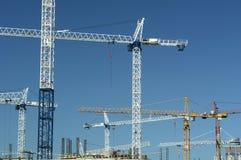 Chantier de construction de ville de grues Images stock