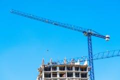 Chantier de construction du bâtiment avec des échafaudages Images stock
