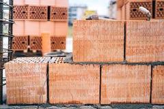 Chantier de construction du bâtiment, détails de brique et renforts avec les barres d'acier et le fil machine Images stock