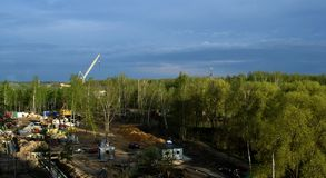 Chantier de construction, grue contre le ciel Images libres de droits