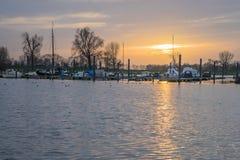 chantier de construction navale avec le coucher du soleil images libres de droits