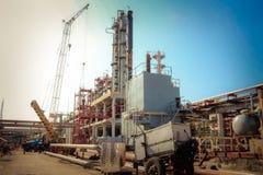 Chantier de construction pour la construction d'un raffinerie de pétrole avec des colonnes de rectification, échangeurs de chaleu image stock
