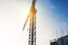 Chantier de construction de silhouette avec la grue Photo stock