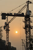 Chantier de construction sur le coucher du soleil images stock