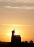 Chantier de construction sur le coucher du soleil Photos stock