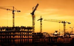 Chantier de construction sur le coucher du soleil