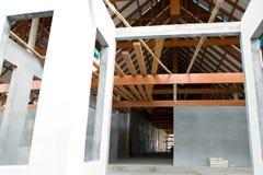 Chantier de construction sur résidentiel avec la structure de ciment et en bois images libres de droits
