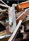 Chantier de démolition en acier tordu par pile de poutres de chute Image stock
