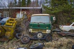 Chantier de ferraille pour des véhicules (camion vert) Images libres de droits