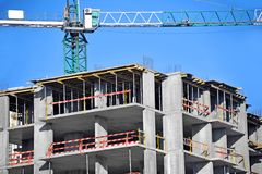 Chantier de grue et de construction Photographie stock libre de droits