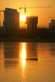 Chantier et coucher du soleil de construction Image stock