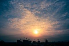 Chantier et coucher du soleil de construction Images libres de droits