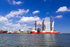 Chantier naval à Gdynia avec le navire d'installation de turbine de vent Images libres de droits