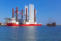 Chantier naval à Gdynia avec le navire d'installation de turbine de vent Image libre de droits