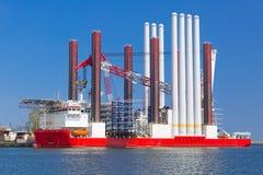 Chantier naval à Gdynia avec le navire d'installation de turbine de vent Photographie stock libre de droits