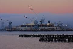 Chantier naval en brouillard Photographie stock libre de droits