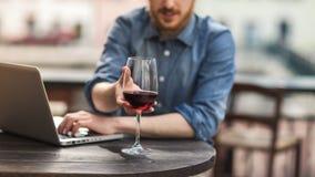 Échantillon de vin à la barre Images libres de droits