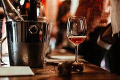 ?chantillon de vin : supports en verre vides sur la table de d?gustation ? c?t? des brochures, des li?ges de champagne et des sea image stock