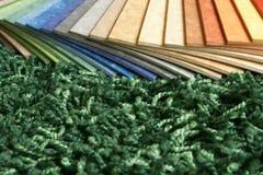 Échantillons de linoléum de ramassage sur le backgr de tapis Photos stock