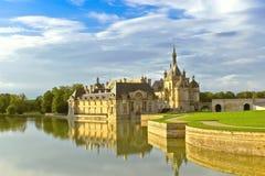 Chantilly城堡日落的。 库存照片