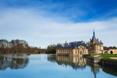 Chantilly slott reflekterad i vatten av sjön Arkivbild